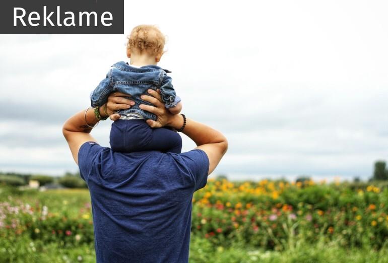 Mand med baby på skuldrene